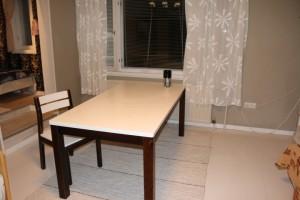 Vinttihuoneiston ruokapöytä